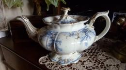 TRES BELLE THEIERE EN PORCELAINE ANGLAISE - Ceramics & Pottery