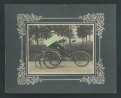 Photo Originale. Ancienne Voiture à 3 Roues, Type Tricycle, Voiturette. A L´arrière, Chien Attaché Avec Harnais. 2 Scans - Anciennes (Av. 1900)
