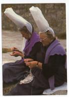 Au Pays Des Brodeuses (dentelières,coiffe Bigoudaine ) Cpsm 15 X 10 N° E.561 éd  L.D - France
