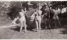 Photo Originale Pin-Up En 1943 - Nettoyage Du Camp Fauchage à Veyrier-du-Lac - Haute-Savoie - 74290 - Pin-Ups