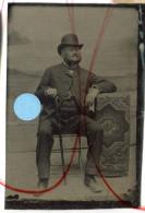 Tintype Ferrotype Homme  Chapeau Melon Cane Tapis Decor  Peint 6x9cm - Antiche (ante 1900)