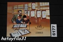 Ungarn 1995  Block 233 ** Postfrisch  / Ältere Sammler Und Kinder Vor Einem Briefmarkenalbum