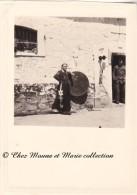 ALGERIE - BERROUAGHIA - MILITAIRE AVEC UN PANTALON LOCAL ET UNE PUCELLE DE GENDARMERIE - PHOTO MILITAIRE 10 X 7 CM - Guerre, Militaire