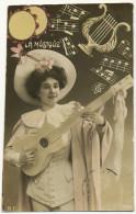 Belle Femme Travesti En Homme Avec Guitare La Musique Lyre Notes Partition - Musica E Musicisti