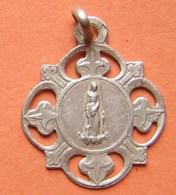 Médaille En Argent Ancienne De Sainte Germaine Pibrac Et Lys, à Dater, Poinçon à Identifier Sur La Bélière, Voir Photos - Pendentifs