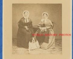 Photo Ancienne Avant 1900 - Portrait De Dame En Costume & Coiffe Avec Leur Chien - Race à Identifier - Dog Hund - Photos