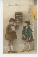 ENFANTS - LITTLE GIRL - MAEDCHEN - Jolie Carte Fantaisie Portrait Enfants Devant Boîte Aux Lettres - Portraits