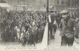 PARIS PENDANT LE BOMBARDEMENT LA FOULE ASSISTANT AU DEPART DE LA CLASSE 1919 - Francia