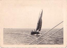 25825  Belgique -bateau Yatch -marin Femme Voilier Port -datée Vers 1943 42 -un Nom PIKI Au Dos - Bateaux