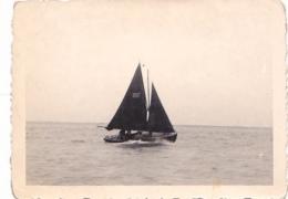 25826  Belgique -bateau Yatch -marin Femme Voilier Port -datée Vers 1943 42 -un Nom PIKI Au Dos - Bateaux