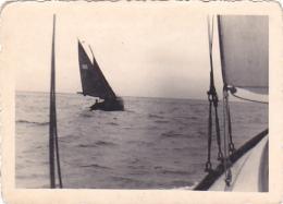 25828  Belgique -bateau Yatch -marin Femme Voilier Port -datée Vers 1943 42 -un Nom PIKI Au Dos - Bateaux