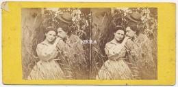 Photo Stéréoscopique (6) 7 X 7,2 Cm Collée Sur Carton Fort 17,3 X 8,4 Cm  Amoureux Dans Un Champ De Blé - Stereoscopio