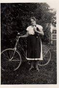 Photo Originale Vélo & Animaux - Une Jeune Femme, Un Vélo Et Un Chat Noir Et Blanc Vers 1930 - Cyclisme