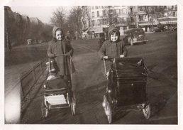 Photo Originale Landau Et Poussette - Jouet Ou Pas Pour Ces Deux Gamines En Ville En 1949 - Personnes Anonymes