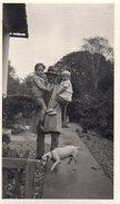 Photo Originale Homme - Portrait D'un Père Portant Ses Deux Enfants Et De Son Chien, Retour Heureux ! Vers 1930 - Anonyme Personen