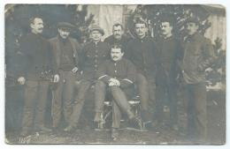 CARTE PHOTO ANIMEE, GROUPE D´HOMMES, A IDENTIFIER, ( PHOTOGR. F EILERS, EDEWECHT / OLDB. 1915.) - Cartes Postales
