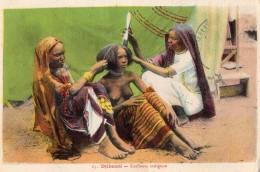 DJIBOUTI COIFFEUSE INDIGENE (SEINS NUS ) CARTE COLORISEE - Süd-, Ost-, Westafrika