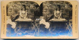 Photo Stéréoscopique (23) 7,6 X 8,1 Cm Collée Sur Carton Fort 17,8 X 8,8 Cm Fillette Repassage Poupée Landau* - Stereoscopic
