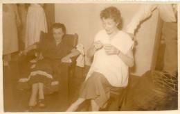 67Mzl   Angola Luanda Lot De 2 Photos Georges Couple Et Femme Dans Une Reception En 1953 - Angola