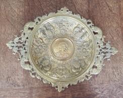 Imposant Plat Héraldique En Métal Dorée - Poignées Aux Chimères - Ferronnerie