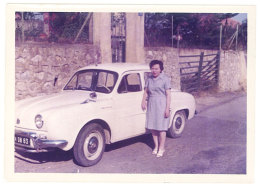 Photo Automobile, Femme Et Sa Renault Dauphine, Immatriculation Var - Automobiles