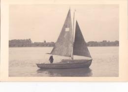 25845 Carte Photo Belgique Anvers ?  -bateau Yatch -marin Femme Voilier Port - Daté 1943 -N° D55 PIKI -Omniphoto