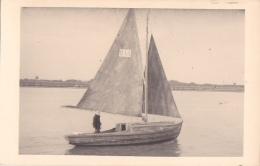 25846 Carte Photo Belgique Anvers ?  -bateau Yatch -marin Femme Voilier Port - Daté 1943 -N° D55 PIKI -Omniphoto - Voiliers