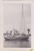 25865 Photo Belgique Anvers ? -bateau Yatch -marin Femme Couple Voilier Port - Daté 1943 SCHELDE - Bateaux