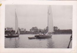 25866 Photo Belgique Anvers ? -bateau Yatch -marin Femme Couple Voilier Port - Daté 1943 SCHELDE - Bateaux