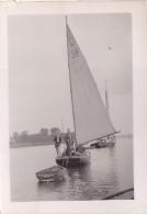 25867 Photo Belgique Anvers ? -bateau Yatch -marin Femme Couple Voilier Port - Daté 1943 SCHELDE - Bateaux