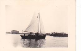 25869 Photo Belgique Anvers ? -bateau Yatch -marin Femme Couple Voilier Port - Daté 1943 SCHELDE - Bateaux