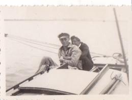 25870 Photo Belgique Anvers ? -bateau Yatch -marin Femme Couple Voilier Port - Daté 1943 SCHELDE - Bateaux