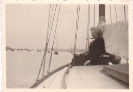 25875 Photo Belgique Anvers ? -bateau Yatch -marin Femme Couple Voilier Port - Daté 1943 -