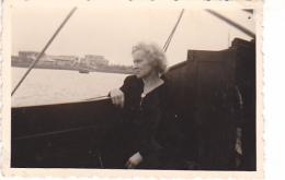 25876 Photo Belgique Anvers ? -bateau Yatch -marin Femme Couple Voilier Port - Daté 1943 - - Bateaux