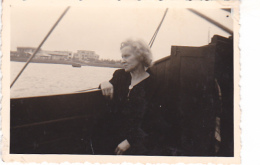25876 Photo Belgique Anvers ? -bateau Yatch -marin Femme Couple Voilier Port - Daté 1943 -