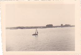 25889 Photo Belgique Anvers ? -bateau Yatch -marin Femme Couple Voilier Port - Daté 1943 -