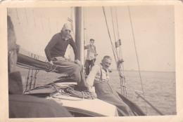 25892 Photo Belgique Anvers ? -bateau Yatch Regate Marin Femme Couple Voilier Port - Année 40-50