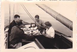 25893 Photo Belgique Anvers ? -bateau Yatch Regate Marin Femme Couple Voilier Port Repas - Année 40-50