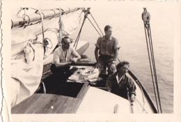 25894 Photo Belgique Anvers ? -bateau Yatch Regate Marin Femme Couple Voilier Port Repas - Année 40-50
