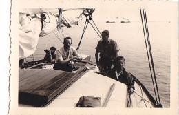 25895 Photo Belgique Anvers ? -bateau Yatch Regate Marin Femme Couple Voilier Port  - Année 40-50
