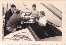 25902 Photo Belgique Anvers Antwerpen ? -bateau Yatch Regate Marin Femme Couple Voilier Port Repas - Année 40-50