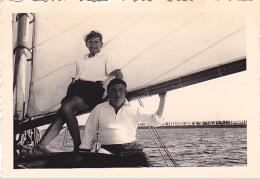 25907 Photo Belgique Anvers Antwerpen ? -bateau Yatch Regate Marin Femme Couple Voilier Port  - Année 40-50