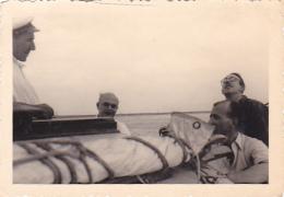 25909 Photo Belgique Anvers Antwerpen ? -bateau Yatch Regate Marin Femme Couple Voilier Port  - Année 40-50