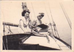25913 Photo Belgique Anvers Antwerpen ? -bateau Yatch Regate Marin Femme Couple Voilier Port  - Année 40-50
