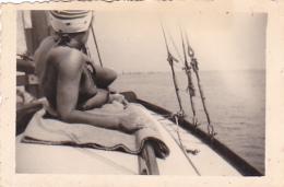 25915 Photo Belgique Anvers Antwerpen ? -bateau Yatch Regate Marin Femme Couple Voilier - Année 40-50
