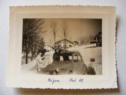 """Photo Amateur Inédite 1958 Citroen 2CV 2 CV Ski Arrivée à Megève 74 Haute-Savoie Panneau """"Les Gentianes"""" - Automobiles"""