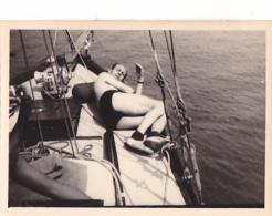 25922 Photo Belgique Anvers Antwerpen ? -bateau Yatch Regate Marin Femme Couple Voilier - Année 40-50
