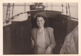 25923 Photo Belgique Anvers Antwerpen ? -bateau Yatch Regate Marin Femme Couple Voilier - Année 40-50