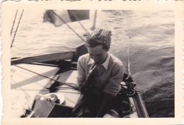 25927 Photo Belgique Anvers Antwerpen ? -bateau Yatch Regate Marin Femme Couple Voilier - Année 40-50