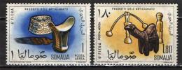 SOMALIA - 1961 - POGGIATESTA IN LEGNO, PETTINE E BERRETTO - FRANCOBOLLO CON PIEGA - NUOVI MNH - Somalia (1960-...)